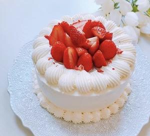 ホールケーキと溢れるイチゴ