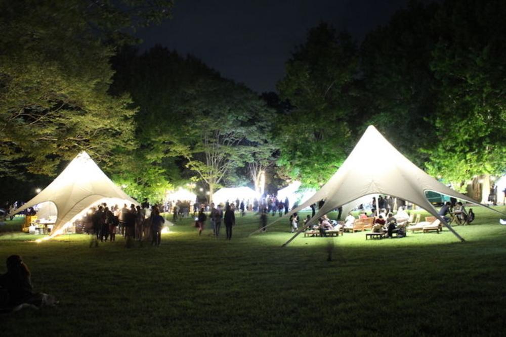 テントを作るキャンプ